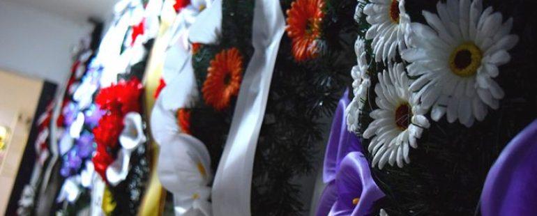 De unde provine obiceiul depunerii de coroane funerare?